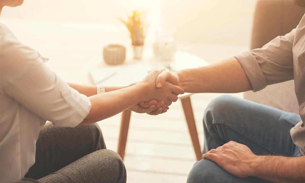 personnes-souffrantes-sert-la-main-psychothérapie